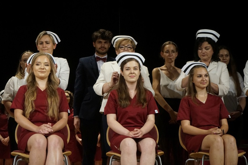Czepkowanie świeżo upieczonych pielęgniarek z Uniwersytetu Rzeszowskiego. 50 adeptek pielęgniarstwa odebrało czepki i dyplomy [ZDJĘCIA]