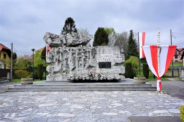Pomnik poświęcony pamięci ofiar pacyfikacji stoi w samym centrum miasta