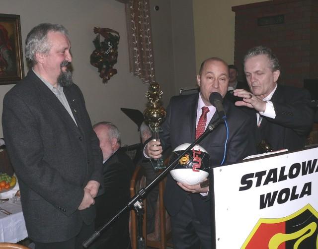 Prezes Podkarpackiego Związku Piłki Nożnej, Kazimierz Greń (w środku) i sekretarz piłkarskiego podokręgu w Stalowej Woli, Edward Chmura (z prawej), wręczyli puchar wiceprezesowi wojewódzkiego piłkarskiego związku z Węgier, Gyorgy'emu Engelowi.