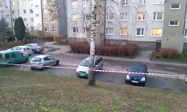 Przy ulicy Zaborowskiej w Słupsku trwa akcja straży pożarnej oraz pogotowia gazowego. Według nieoficjalnych informacji chodzi o niebezpieczeństwo spowodowane bardzo dużym stężeniem gazu ziemnego w studzienkach kanalizacyjnych. AKTUALIZACJA godz. 16:30- O godzinie 15.17 otrzymaliśmy zgłoszenie, że ze studzienki na ulicy Zaborowskiej ulatnia się gaz - mówi Tomasz Ponczkowski, rzecznik Komendy Miejskiej PSP w Słupsku. - Zgłoszenie potwierdziło się, ponieważ detektory wykryły stężenie gazu. Jednak na szczęście po przewietrzeniu studzienki gazownicy nie stwierdzili wycieku.