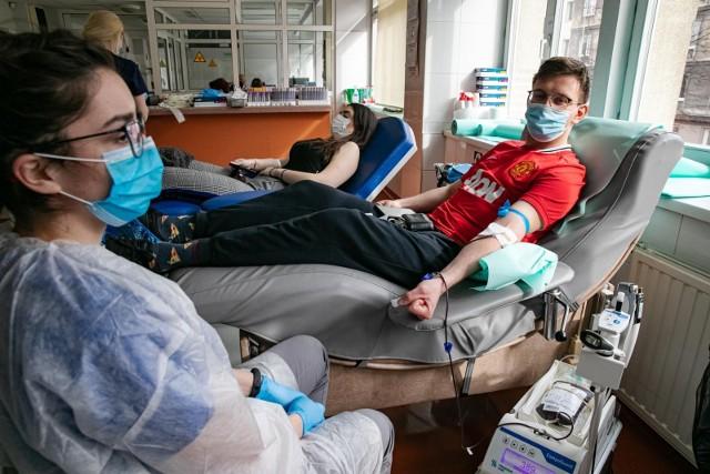Oddawanie krwi niesie za sobą dużo korzyści. Są to np. zniżki na produkty w wybranych sklepach, rabaty na jedzenie w restauracjach i komunikację miejską. Zobacz, jakie przywileje przysługują Honorowym Dawcom Krwi.