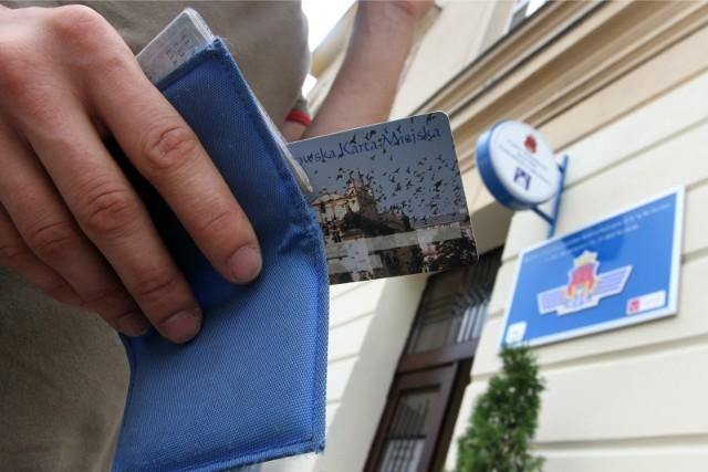 Od 17 maja osoby, które nie są zameldowane w Krakowie, ale tu mieszkają i płacą podatki, będą mogły uzyskać lub przedłużyć uprawnienia Karty Krakowskiej bez konieczności przychodzenia do punktów sprzedaży biletów MPK.
