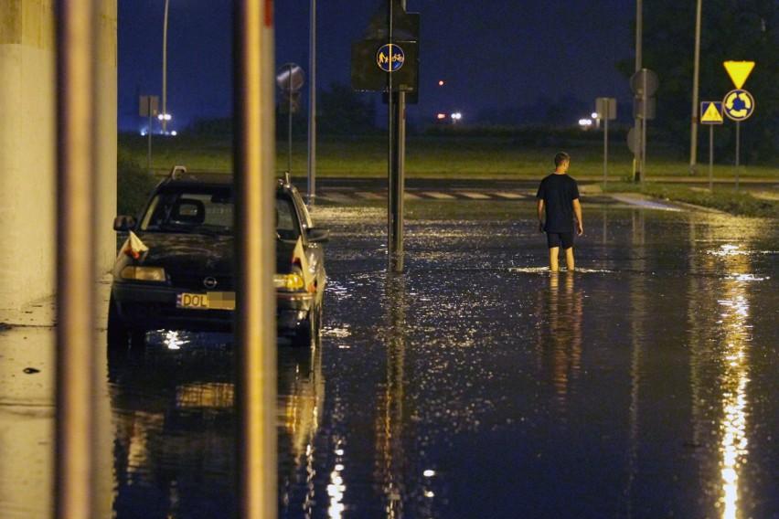 Rok 2016. Ul. Czekoladowa. Po intensywnych opadach deszczu jezdnia pod wiaduktem została zalana. Z roku na rok podobnych ulew ma być na Dolnym Śląsku coraz więcej