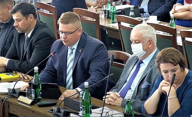 Pomysł opozycji został przeforsowany. Na sesji przemawia radny Sławomir Ćwik. Fot. UM Zamość