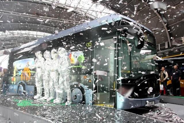 Premierowa odsłona elektrycznego solarisa urbino była wspaniałym widowiskiem, okraszonym deszczem konfetti. Fot. Dawid Łukasik