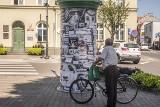 Burmistrz Mosiny ocenzurował grafikę przez... koronawirusa. Słup oklejono czarną folią