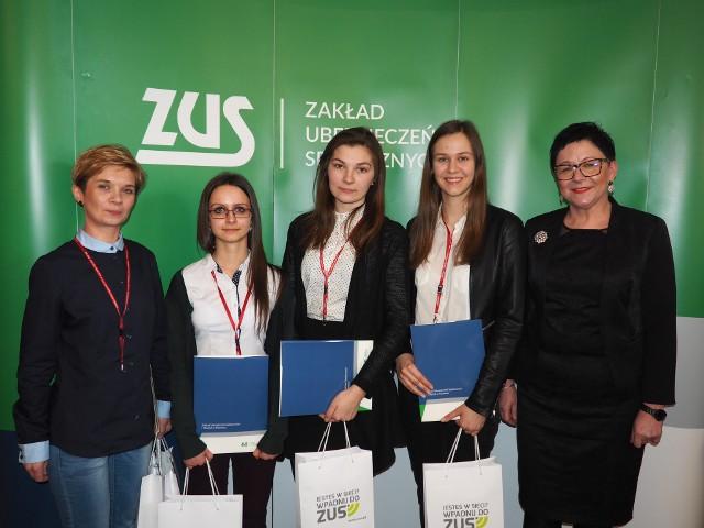 Od lewej na zdjęciu: Justyna Płuciennik – opiekun, Justyna Pastuszak, Małgorzata Jaźwiec i Karolina Nowicka oraz Donata Szopińska-Frąszczak – dyrektor Oddziału ZUS-u w Ostrowie Wlkp.
