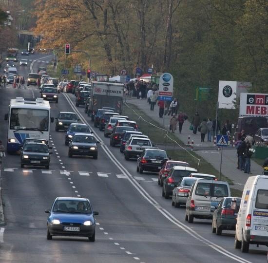 Około godz. 15.00 w Zielonej Górze na ul. Wrocławskiej przy cmentarzu był długi korek.