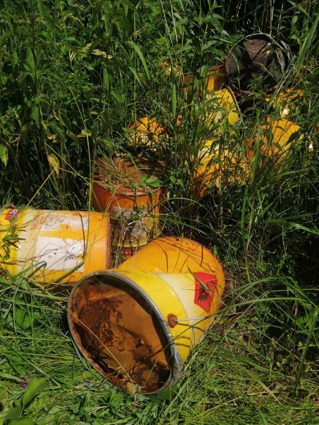 Beczki z łatwopalną substancją nasz Czytelnik znalazł mniej więcej pół kilometra od Samsieczna