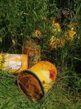 Beczki z łatwopalną substancją wyrzucone na łące pod Samsiecznem