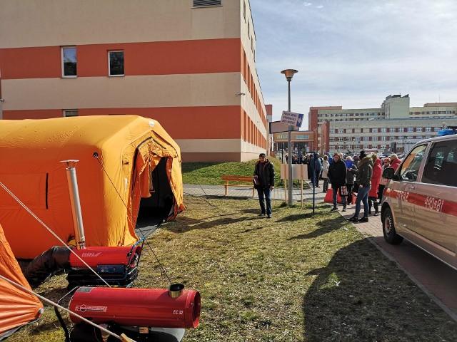 Wstępna segregacja pacjentów odbywa się w namiotach ustawionych przy budynku psychiatrii.