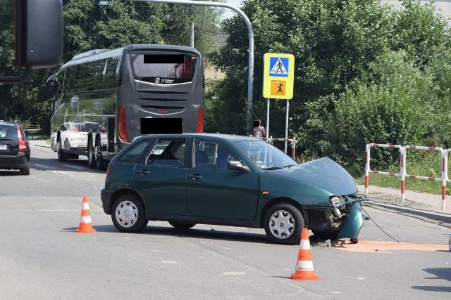 Wypadek w Wodzisławiu. Pijany kierowca z Ukrainy uderzył w autobus