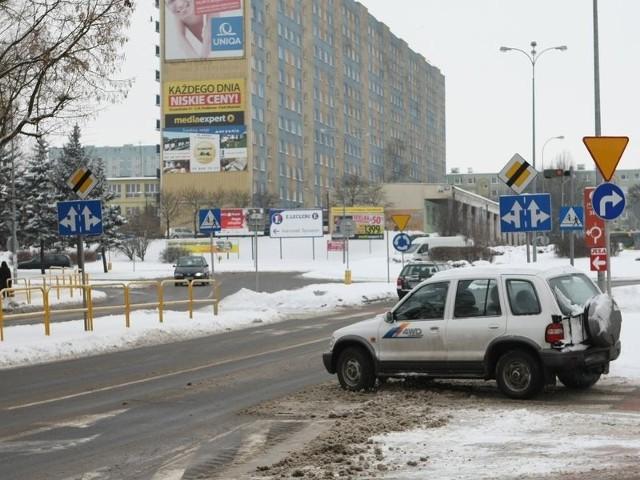 Mimo zakazu kierowcy, którzy na rondzie chcą skręcić w lewo, przejeżdżają linię ciągłą. Za to wykroczenie grozi mandat.
