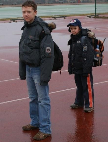 Uczeń szóstej klasy, Michał - na zdjęciu z lewej twierdzi, że na pewno wolałby grać na lepszej nawierzchni. Podobnego zdania jest stojący obok Tomek.