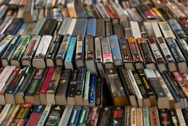 Co najmniej jedną książkę w ciągu roku przeczytało 38 proc. Polaków. Taki wniosek płynie z najnowszego raportu Biblioteki Narodowej, która ogłosiła raport czytelnictwa za 2017 rok. Odsetek osób, które przeczytały przynajmniej jedną książkę wzrósł o 1 punkt procentowy w stosunku do 2016 roku. Stabilna jest również liczba tzw. czytelników intensywnych, czyli osób deklarujących czytanie siedmiu i więcej książek rocznie. W ostatnim badaniu było ich 9 proc., a w poprzednim 10 proc. Badanie zrealizowano na ogólnopolskiej reprezentatywnej próbie 3185 respondentów w wieku co najmniej 15 lat.