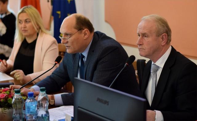 Wiceprzewodniczący rady miasta i szef klubu WZJ Wiesław Strzępek (nz. z prawej) zaznacza, że obojętnie czy wybory będą w formie normalnej czy korespondencyjnej, to przeprowadzanie ich w maju, budzi bardzo dużo wątpliwości