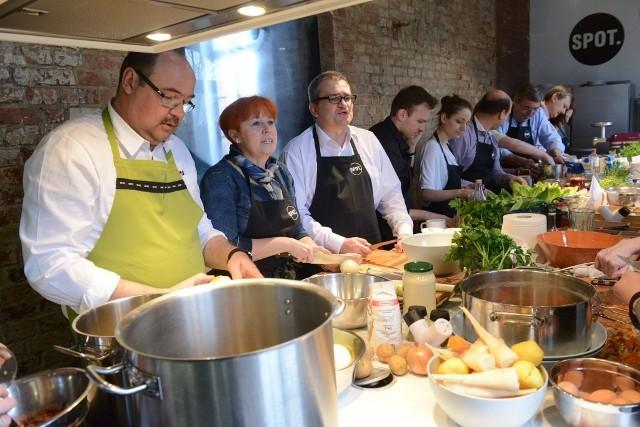 Poznańscy radni wspólnie przygotowywali wielkanocne potrawy