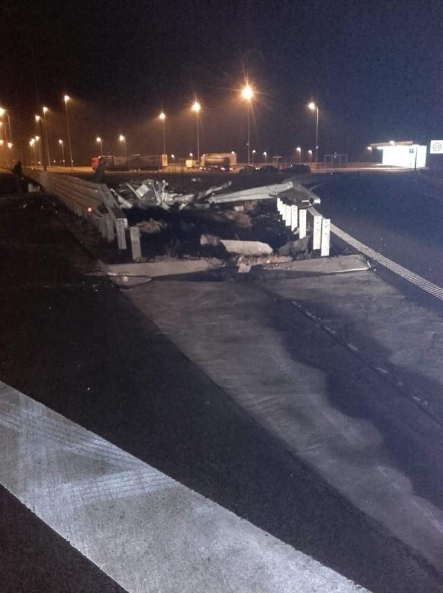 Do zdarzenia doszło w piątek około godz. 1.30 na autostradzie w Budach Łańcuckich w pow. łańcuckim. Kierujący fordem transitem, 42-letni mieszkaniec powiatu rzeszowskiego, prawdopodobnie zasnął za kierownicą i wjechał w barierę ochronną, po czym pojazd przewrócił się na bok. Busem podróżowało trzech mężczyzna. Dwaj pasażerowie z obrażeniami trafili do szpitala.Policjanci poddali badaniu na stan trzeźwości kierującego. Był trzeźwy. Obecnie trwają czynności wyjaśniające w tej sprawie.