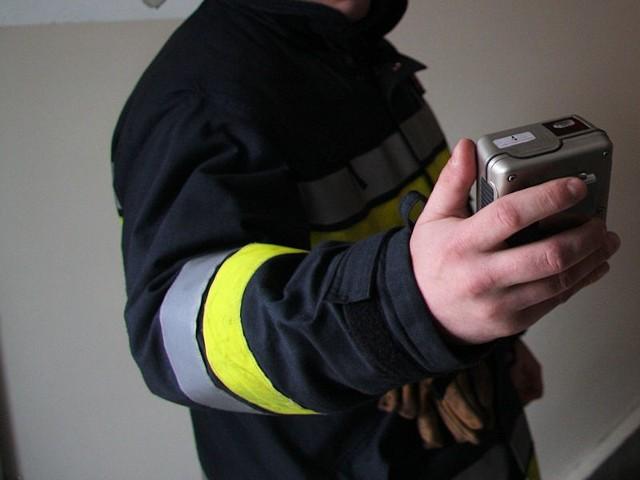 Strażacy do sprawdzania ulatniającego się gazu użyli specjalistycznych czujników.