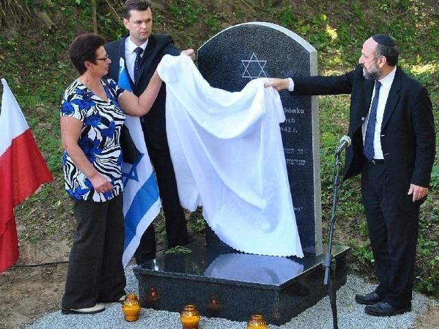 Naczelny rabin Michael Schudrich (z prawej) odsłonił tablicę razem z wójtem Sławomirem Kowlaczykiem i sołtys Grażyną Książek.