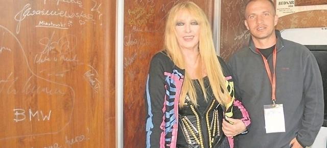 Wielbiona przez publiczność wokalistka Maryla Rodowicz i  dyrektor Centrum Dziedzictwa Gór Świętokrzyskich Piotr Sepioło po koncercie na Dymarkach.