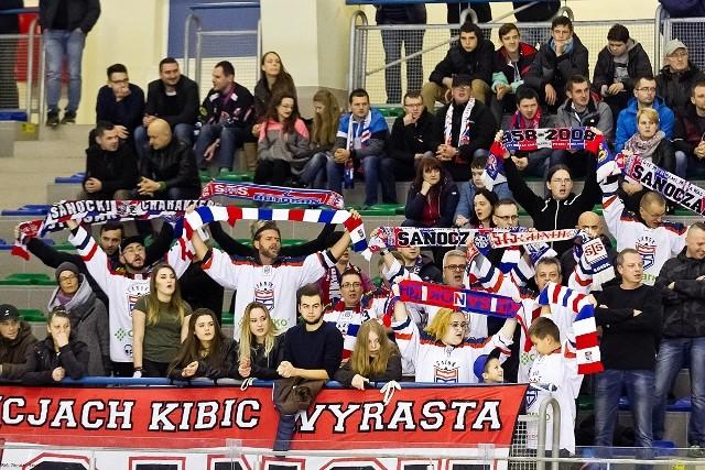 Hokeiści z Ciarko KH 58 wygrali pierwszy raz w Sanoku i pierwszy raz za trzy punkty w 2 lidze słowackiej. Nie opuścili jednak 8. miejsca w tabeli grupy zachodniej. Ciarko KH 58 Sanok – HK Brezno Knights 4:2 Tercje: 0:0, 3:0, 1:2.Bramki: Mermer 27 minuta w osłabieniu (asysty Bielec i Kuryla), Demkowicz 39 w przewadze (Mermer i Kuryla) i 52 (Bielec, Kuryla), Biały 40 (Ćwikła i Witan) - Laubert 43 w przewadze (Šmálik i Guttmann), Znak 44 w przewadze (Vojtas i Guttmann).Ciarko KH 58 Sanok: Skrabalak - Olearczyk, Filipau; Demkowicz, Kuryla; Mazur, Gulbinowicz oraz Maciejko - Biały, Witan, Ćwikła; Bielec, Mermer, Dobrzyński; D. Hućko, Chmura, Filipek. Trener Marcin Ćwikła. Strzały: 34-41. Kary: 10 – 12 minut. Widzów: 1400.