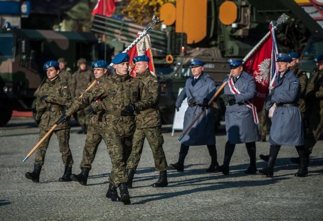 Wojewódzkie obchody Święta Niepodległości, odbyły się w tym roku nietypowo, bo w Sławnie. To właśnie to miasto, jak podkreślali goście, na jeden dzień stało się nieoficjalną stolicą województwa zachodniopomorskiego.Obchody 101 rocznicy odzyskania przez Polskę niepodległości rozpoczęło uroczyste złożenie kwiatów pod Pomnikiem Nieznanego Żołnierza na Cmentarzu Komunalnym w Sławnie. Następnie odbyła się uroczysta msza święta w kościele pw. Wniebowzięcia NMP. Główną część obchodów rozpoczął uroczysty apel z udziałem m.in. wojska oraz uczniów Zespołu Szkół Morskich w Darłowie. Ważnym elementem obchodów było wręczenie medali oraz odznaczeń. Za zasługi dla kraju prezydent Andrzej Duda przyznał medal Stulecia Odzyskania Niepodległości:Krystynie Lemanowicz, Jerzemu Leoniakowi, Waldemarowi Reginiewiczowi, Stanisławowi Józefowi Trzuskowskiemu, Tadeuszowi Wołyńcowi oraz Stanisławowi Żabskiemu.Premier Mateusz Morawiecki postanowił przyznać medal 100-lecia Odzyskania Niepodległości: Danieli Bieżuńskiej, Tadeuszowi Brosiowi, Marianowi Dziemiance, Jadwidze Czarnołęskiej-Gosiewskiej, Darii Pikulik, Jerzemu Sekule, Romanowi Strzałkowskiemu, Zbigniewowi Strzeleckiemu, Wojciechowi Wnukowi.W uznaniu za zasługi w kultywowaniu pamięci o walce o niepodległość szef urzędu ds. kombatantów i osób represjowanych odznaczył medalem Pro Patria Bogusława Wolfa oraz Marię Iwko.Medal Stulecia Utworzenia Policji Państwowej otrzymał wojewoda zachodniopomorski Tomasz Hinc.W czasie uroczystości odczytany został też list od premiera Mateusza Morawieckiego. Wśród zaproszonych gości oprócz wiceministra Pawła Szefernakera oraz wice ministra Macieja Kopcia, pojawił się też poseł Czesław Hoc oraz biskup Edward Dajczak.– Bardzo dziękuje, że narodziła się taka nowa tradycja, że obchody wojewódzkie odbyły się poza stolicą, poza Szczecinem. Dziś wszystkie oczy zwrócone są na Sławno — podkreślał w czasie przemówienia wiceminister Paweł Szefernaker.Po części oficjalnej zgromadzeni mieszkańcy z okolicznych powiatów 
