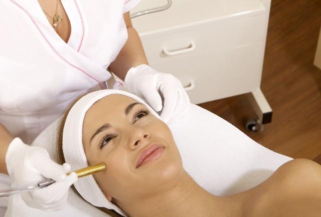 Medycyna estetyczna coraz częściej wykorzystuje zabiegi laserowe, które wyróżniają się wyjątkową skutecznością działania
