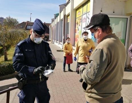 W Rzepinie policjanci i pracownicy urzędu miasta rozdawali darmowe maseczki dla mieszkańców