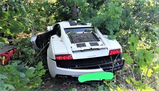 Lamborghini zostało uderzone bokiem przez forda fiestę i oba auta uderzyły w drzewa. Zdjęcia dzięki uprzejmości Ochotniczej Straży Pożarnej w Zbąszyniu