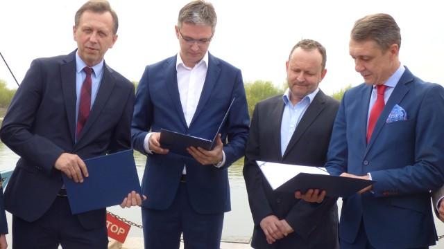 Marszałkowie Jacek Krupa i Adam Jarubas (stoją od lewej) przekazali prezesowi firmy Intercor umowy dotyczące budowy mostu na Wiśle w Nowym Korczynie.