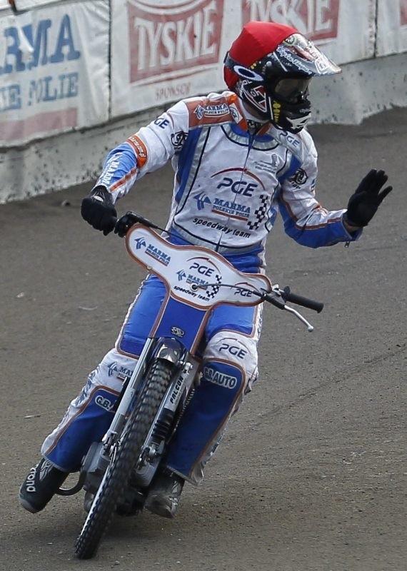 Rafał Okoniewski, jak na kapitana przystało, wygrał ostatni wyścig i wyrwał ważną wygraną.