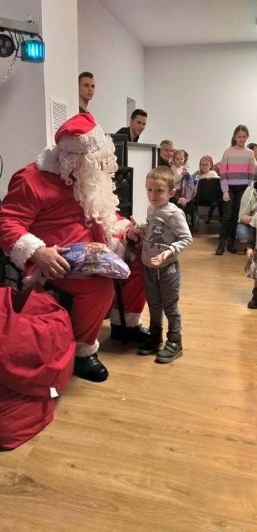 Mikołaj odwiedził dzieci z Chośnicy.