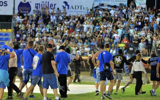 Pseudokibice na murawie stadionu żużlowego w Grudziądzu, po wygranym przez gospodarzy meczu MrGarden GKM - Get Well Toruń