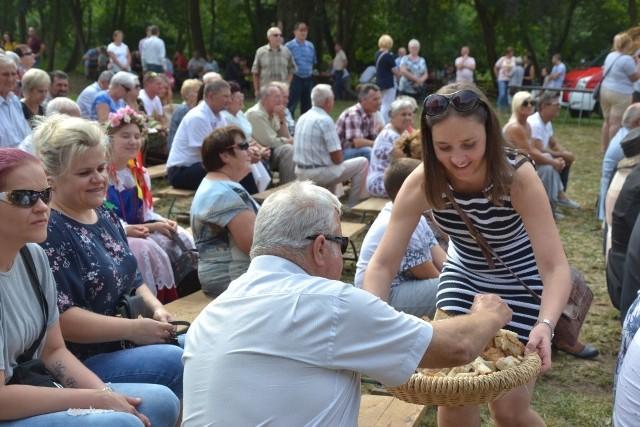 W Wielgiem na dożynkach bawiono się w niedzielę na polanie w parku. Po oficjalnych przemówieniach przedstawicieli władz państwowych i samorządowych na scenę wyszli lokalni artyści. Zaprezentowała się i orkiestra dęta, i zespół wokalny, i grupy taneczne, i kabaret. Po raz pierwszy oceniano wieńce dożynkowe w dwóch kategoriach. I tak wśród wieńców tradycyjnych triumfował wieniec wykonany przez sołectwo Bętlewo. Drugie miejsce zajęło sołectwo Oleszno, a trzecie Teodorowo. Wśród nowoczesnych nie miał sobie równych wieniec z Czarnego przed tymi z Witkowa i czerskich Rumunek. Tytuł wieńca publiczności zdobył wieniec z Witkowa.  Flesz - wypadki drogowe. Jak udzielić pierwszej pomocy?