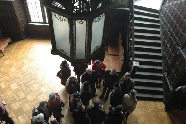 Goście konferencji rozmawiają z konserwatorem Błażejem Skazińskim w lobby - najbardziej charakterystycznym miejscu nowego zamku