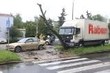 Wypadek na Kochanowskiego. Ukrainiec wjechał ciężarówką w dwa samochody i drzewo