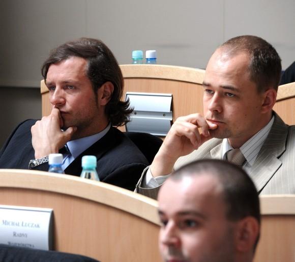 Radosław Majdan (PO) i Michał Łuczak (radny niezależny) wsłuchują się w twarde argumenty opozycji, która nie zostawiła suchej nitki na zarządzie województwa podczas debaty nad wykonaniem budżetu za 2008 r.