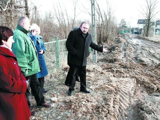 W Białymstoku prace drogowe trwają mimo przymrozków na przykłada przy przebudowie Piastowskiej – mówi pan Jarosław Połowianiuk (z prawej), mieszkaniec Leśnej Polany w Grabówce. – Na naszej ulicy, która zamieniła się w grzęzawisko, nic się nie dzieje.