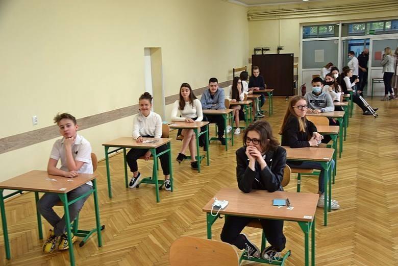 Zdjęcia z egzaminu ósmoklasisty z języka polskiego 2021 w...