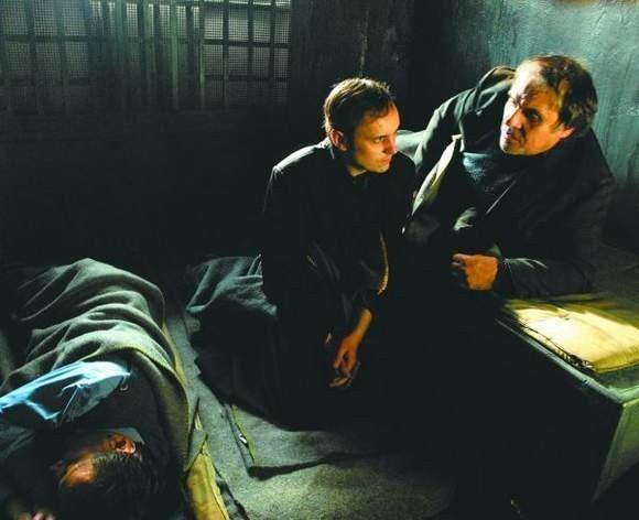 Księdza Jerzego gra Adam Woronowicz - aktor urodzony w Białymstoku. W filmie występuje również Ryszard Doliński z BTL.