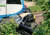 Wypadek w Mikołowie. Kobieta w BMW wjechała pod pociąg na przejeździe kolejowym. To cud, że przeżyła