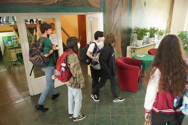 W rekrutacji do szkół ponadpodstawowych 2021/2022, którą przeprowadza miasto Poznań i powiat poznański, przygotowano łącznie 253 klas. Do upragnionej placówki klasyfikację dostało ponad 8 tys. uczniów. Do żadnego liceum, technikum i szkoły branżowej nie przyjęto ok. 1400 młodych ludzi - do samych liceów blisko 1,1 tys. Od 3 do 5 sierpnia (do godz. 15) trwa rekrutacja uzupełniająca do szkół ponadpodstawowych.Sprawdź na kolejnych slajdach, gdzie są jeszcze wolne miejsca w poznańskich liceach --->>>Strefa pole dance