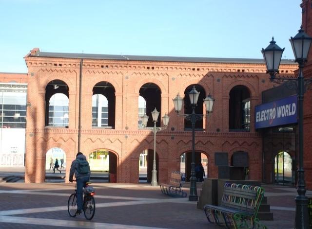 Jedna z nieczynnych hal fabrycznych wkomponowana w zabudowę Manufaktury.