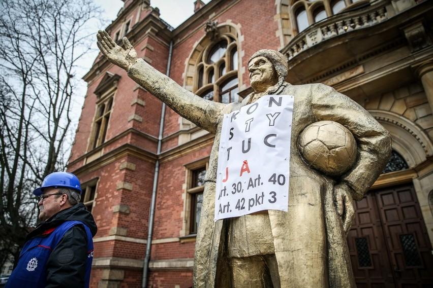 """Przedstawiciele """"Solidarności"""" ze złotym pomnikiem Donalda Tuska pod Radą Miasta Gdańska. To protest w sprawie uchwał o księdzu Jankowskim"""