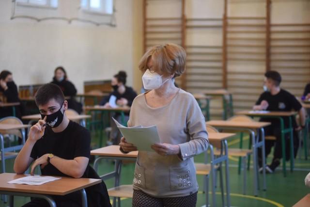 Matura 2021 odbędzie się w zaplanowanym terminie, w dniach 4-20 maja. W pierwszych trzech dniach odbędą się pisemne egzaminy z języka polskiego (4.05.2021), matematyki (5.05. 2021) i języka angielskiego, który jest najczęściej wybieranym przez uczniów językiem obcym (6.05.2021).