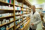 NFZ zaprasza apteki do udziału w programie szczepień przeciwko SARS-CoV-2. Chętni farmaceuci mają jeszcze wątpliwości