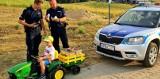 To zdjęcie robi furorę. Kontrola policyjna 5-latka z transportem truskawek