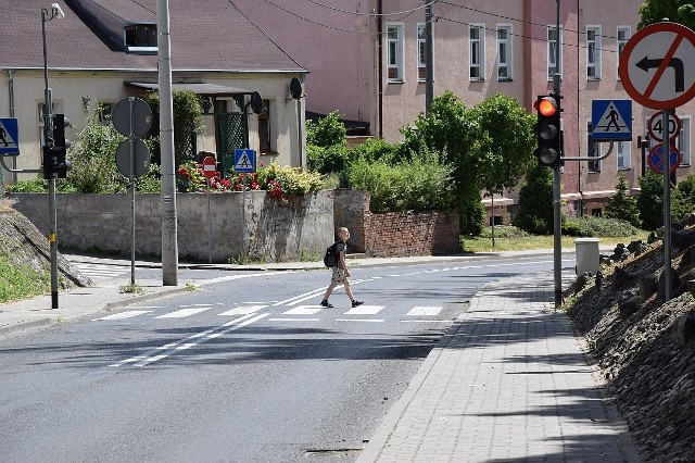 Ze szkoły przy Mickiewicza do tej przy Ogrodowej jest ok. 500 metrów i przejście przez ulicę Mickiewicza. Na szczęście bezpieczeństwo poprawia tam  sygnalizacja świetlna