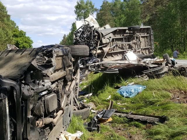 Na drodze krajowej nr 25 niedaleko Białego Boru w powiecie szczecineckim doszło do zderzenia się dwóch samochodów.